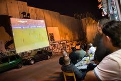在以色列隔离墙上的世界杯在约旦河西岸 图库摄影
