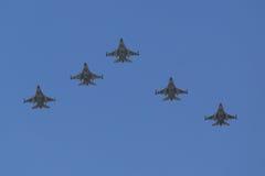 在以色列` s每年美国独立日空军队跨线桥期间的F-16战隼超音速多角色战机 免版税库存图片