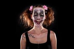 在黑色前面的疯狂的女性小丑 库存图片