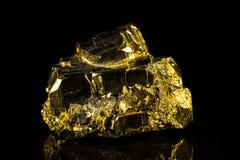在黑色前面的硫铁矿 免版税库存图片