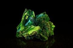 在黑色前面的绿沸铜矿物石头 免版税库存图片