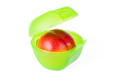 在绿色午餐盒的红色桃子 库存图片