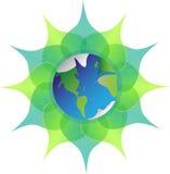 在绿色叶子的地球在白色背景 后土 蓝色行星 免版税库存照片