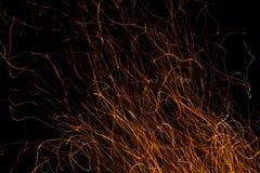 在黑色和火花隔绝的跳舞的火焰 库存照片