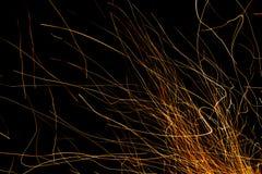 在黑色和火花隔绝的跳舞的火焰 免版税库存图片