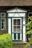 在绿色和白色的美丽的老木前门在典型 库存图片