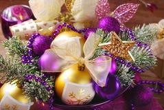 在紫色和金黄颜色的圣诞节装饰 免版税库存照片