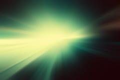 在绿色和黑背景的明亮的白色闪光 库存图片