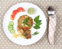 在绿色咖喱的油煎的茉莉花米用混杂的肉 免版税库存图片