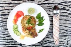 在绿色咖喱的油煎的茉莉花米用混杂的肉 库存照片