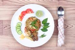 在绿色咖喱的油煎的茉莉花米用混杂的肉 免版税库存照片