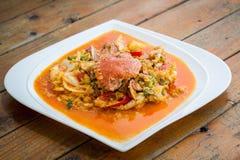 在黄色咖喱的油煎的螃蟹 库存照片
