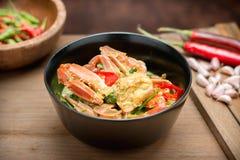 在黄色咖喱的被搅动的油煎的螃蟹 免版税库存图片