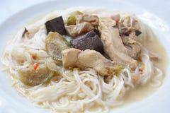 在绿色咖喱鸡,泰国食物的米线 库存图片