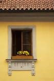 在黄色墙壁上的一个窗口 免版税库存图片