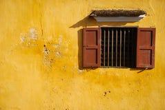 在黄色墙壁上的打开窗口 免版税库存图片