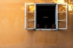 在黄色墙壁上的窗口 库存照片