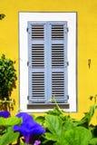 在黄色墙壁上的美丽的窗口 图库摄影