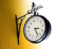 在黄色墙壁上的葡萄酒时钟 免版税库存照片