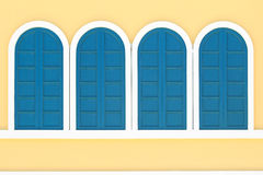 在黄色墙壁上的葡萄酒窗口 免版税库存照片