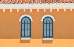 在黄色墙壁上的葡萄酒窗口 库存图片