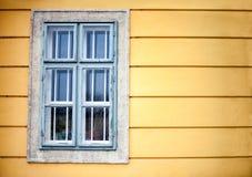 在黄色墙壁上的视窗 免版税库存图片