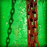 在绿色墙壁上的链阴影 图库摄影