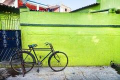 在绿色墙壁的自行车 免版税库存照片