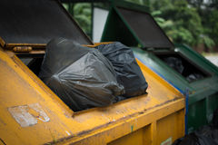 在黄色大垃圾里面的一个塑料袋 免版税库存照片