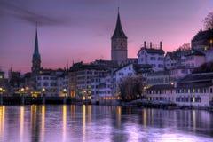 在紫色天空瑞士苏黎世 库存照片
