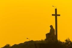 在黄色天空的十字架 免版税库存照片