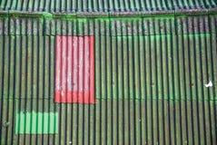 在绿色屋顶的红色 库存图片