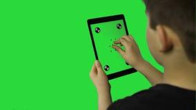 在绿色屏幕上的有吸引力的手势感人的真正片剂电话 股票录像