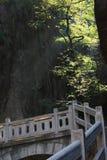在黄色山的石桥梁 免版税库存图片