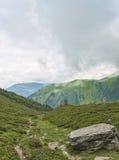 在绿色山谷的高山远足的路线 免版税库存图片