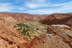 在绿色山谷Quitor的看法在圣佩德罗火山de阿塔卡马沙漠 免版税库存图片