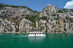 在绿色峡谷的船 免版税库存图片