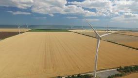 在黄色干草原背景的风轮机在海附近的 航测 影视素材