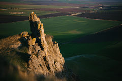 在绿色平原的大峭壁 免版税库存照片