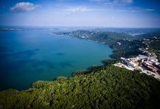 在绿色得克萨斯小山国家的Travis湖天堂视图寄生虫空中角度 库存照片