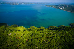 在绿色得克萨斯小山国家秀丽的Travis湖天堂视图寄生虫空中角度 免版税图库摄影