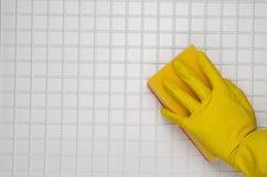 在黄色手套的手 库存照片