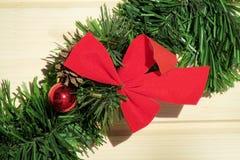在绿色新年树枝的圣诞节红色弓 图库摄影