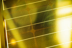 在黄色明亮的太阳下的太阳光致电压的盘区 免版税库存图片