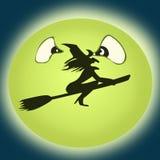 在绿色月亮前面的飞行巫婆 免版税库存照片