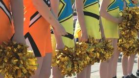 在黄色服装打扮的啦啦队员女孩 股票录像