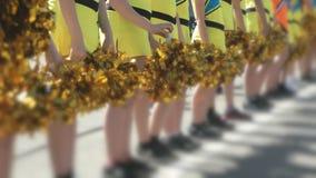 在黄色服装打扮的啦啦队员少年 股票视频