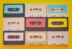 在黄色木桌的减速火箭的盒式磁带收藏 顶视图 复制空间 库存照片