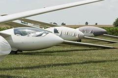 在绿色机场的滑翔机 免版税库存照片