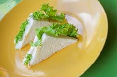 在黄色板材的金枪鱼三明治 免版税库存照片